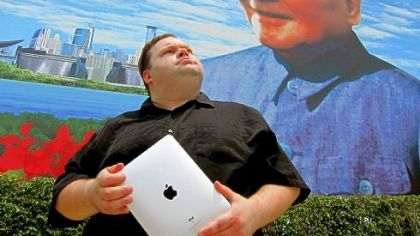 Monologuist Mike Daisey takes on technology and a corporate giant in 'The Agony and Ecstasy of Steve Jobs'