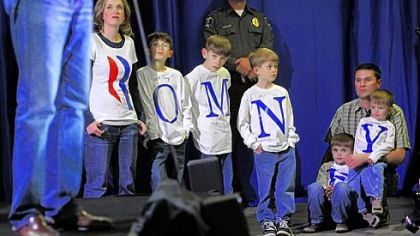 Romney focuses on Obama, Gingrich on Romney in Nevada