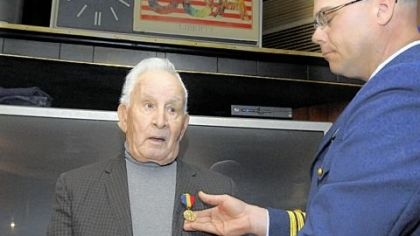 Thomas Vitale receives Navy medal for 1943 sea rescue