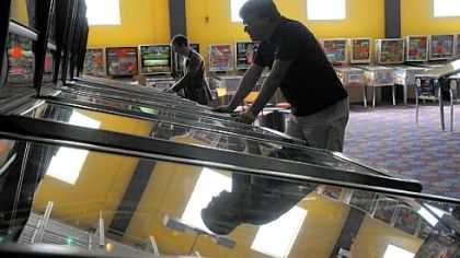 Eric Fisher, of Dallax, Texas, practices for the Pinball Amateur and Professional Association Pinburgh tournament.