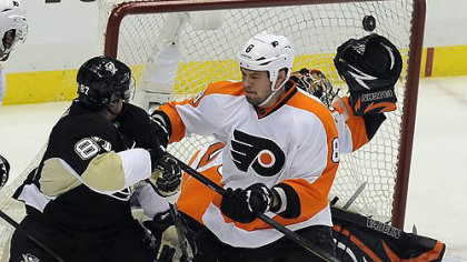 Sidney Crosby scores on Flyers' Ilya Bryzgalov