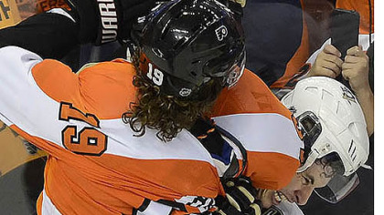 "Sidney Crosby gets tied up with Scott Hartnell in the third period Sunday. After the game, Crosby said of the Flyers, ""I don't like any guy on their team."""