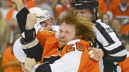 Sidney Crosby lands a punch to the face of Flyers center Claude Giroux in Sunday&#039;s game in Philadelphia.