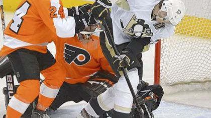 Evgeni Malkin scores against the Flyers in the first period Wednesday night.