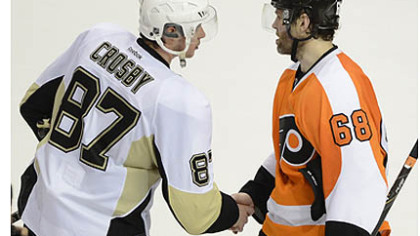 Sidney Crosby shakes hands with Jaromir Jagr of the Flyers.