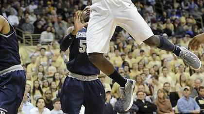 Pitt's Talib Zanna dunks against Georgetown in the first half Saturday.