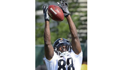 Steelers wide receiver Emmanuel Sanders makes catch during OTA's on the South Side.