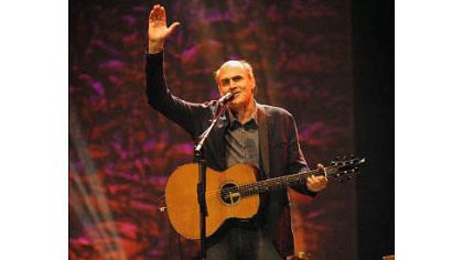 James Taylor acknowledges the crowd at the Petersen Center.