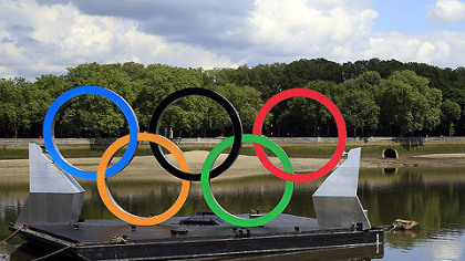 John Biggins, of Australia, take pictures of the Olympic rings floating on the River Thames.