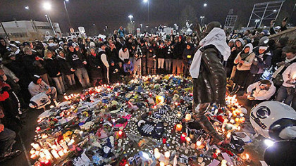 Six months ago, after the death of legendary Penn State football coach Joe Paterno, people crowded around the statue with flowers and candles in remembrance.