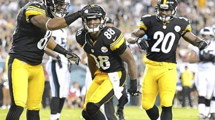 Steelers receiver Emmanuel Sanders (88) celebrates his touchdown in the first half Thursday against the Eagles in Philadelphia.